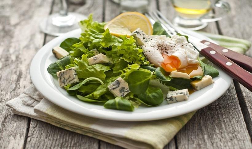 Ζεστή σαλάτα με σπανάκι και blue cheese