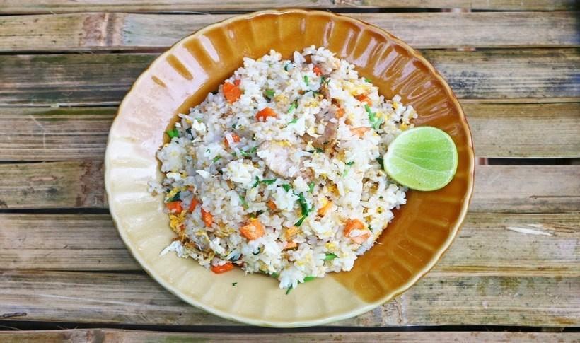 Τηγανητό ρύζι με κάρυ και καπνιστή πέστροφα
