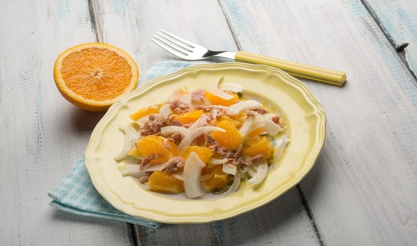 Σαλάτα με τόνο, ρεβίθια, μάραθο και πορτοκάλι