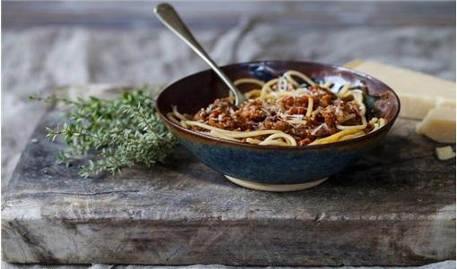 Σπαγγέτι ολικής άλεσης με αρνίσιο κιμά, ντομάτα και κύμινο