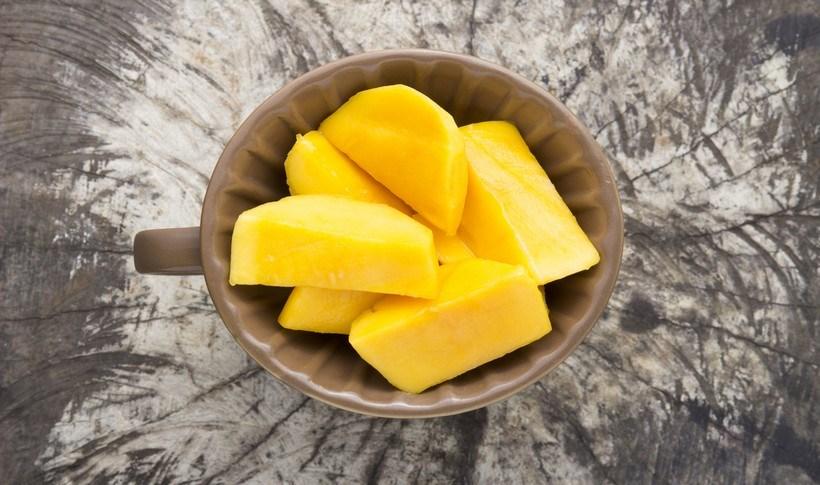 Σαλάτα με μάνγκο, αγγούρι και δυόσμο