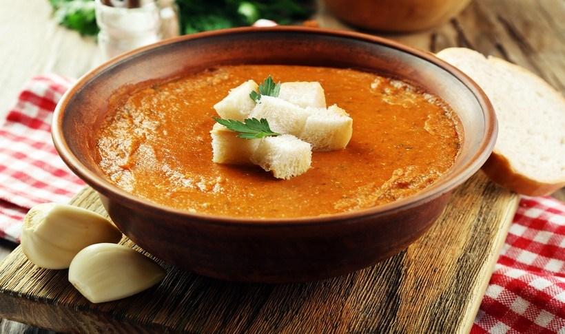 Βελούδινη σούπα με κόκκινες φακές, κύμινο και τηγανητά κρεμμύδια