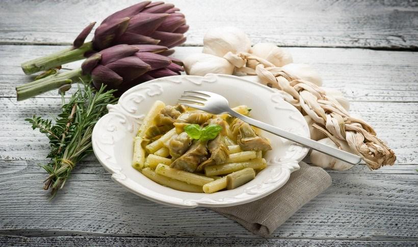 Ριγκατόνι κινόα με αγκινάρες και τηγανητό δεντρολίβανο