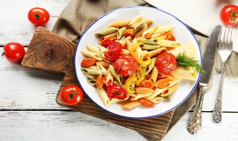 Πολύχρωμη σαλάτα ζυμαρικών με λαχανικά