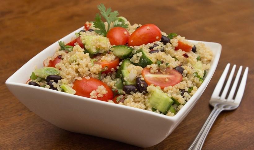 Ελληνική σαλάτα με κινόα -