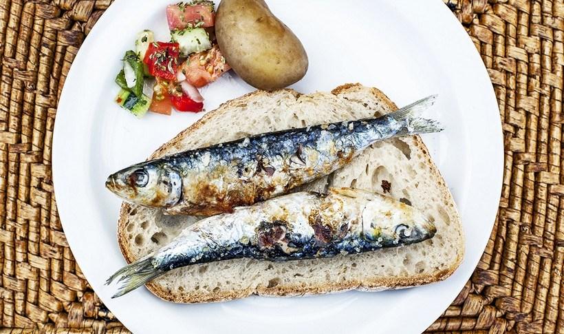Ανοιχτό σάντουιτς με σαρδέλα και σάλτσα αγιολί