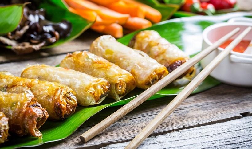 Τραγανά ανοιξιάτικα ρολά (spring rolls) με χοιρινό και γαρίδες