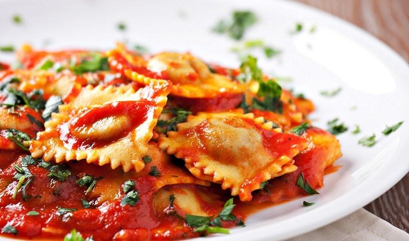 Ραβιόλια σπιτικά (γεμιστά με φέτα) με σάλτσα ντομάτας