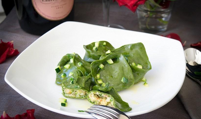 Χειροποίητα ζυμαρικά τορτέλι από σπανάκι, γεμιστά με γαρίδα