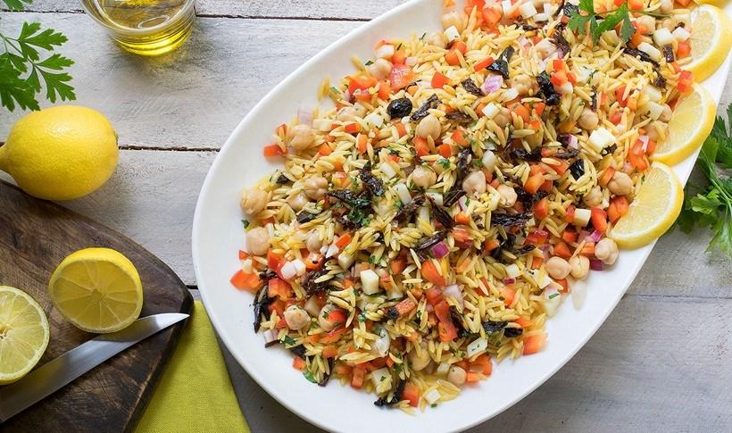 Μεσογειακή σαλάτα με κριθαράκι, μοτσαρέλα και ψιλοκομμένα λαχανικά