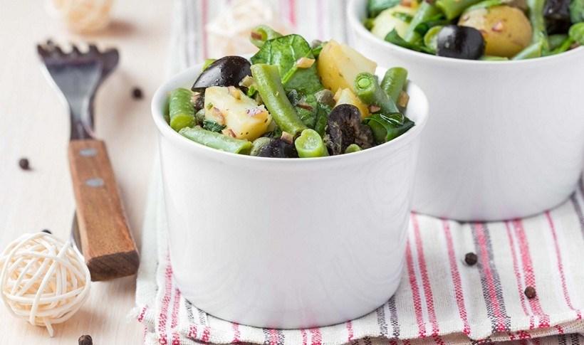 Καλοκαιρινή πατατοσαλάτα με φασολάκια, ελιές και κάππαρη