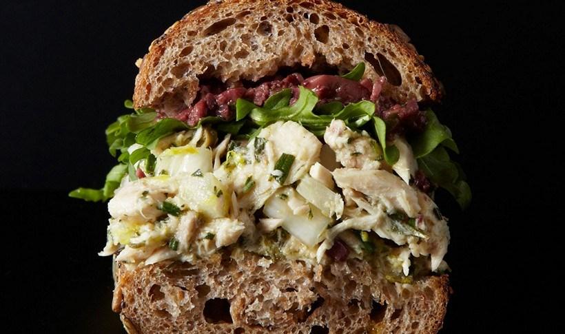 Σάντουιτς ολικής με λεμονάτο τόνο, φινόκιο και κάππαρη