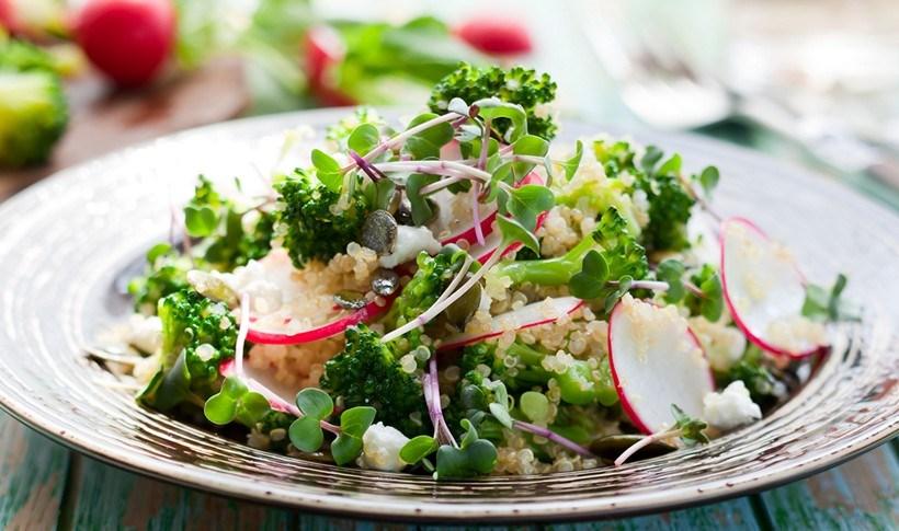Θρεπτική σαλάτα με ραπανάκια, μπρόκολο, φέτα και κινόα