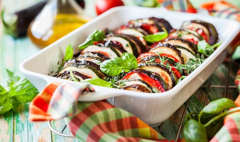 Καλοκαιρινά λαχανικά στο φούρνο με σάλτσα ντομάτας (ρατατούιγ)