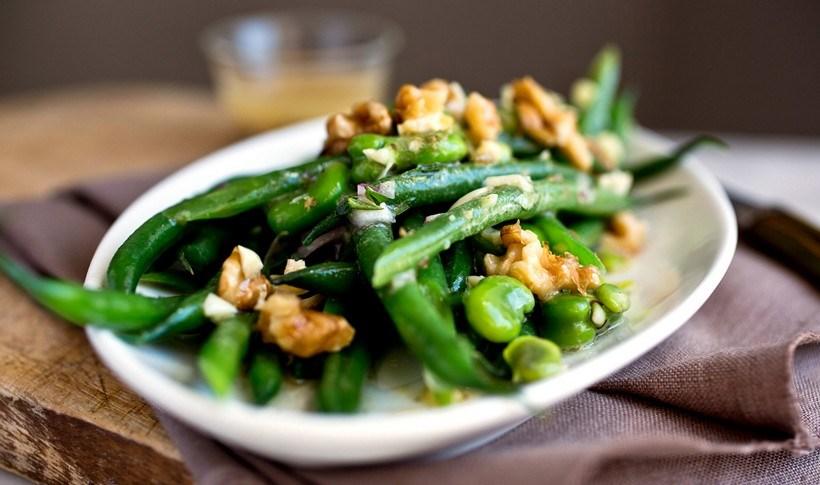 Σαλάτα με πράσινα φασολάκια, φρέσκια κουκιά και καρύδια -