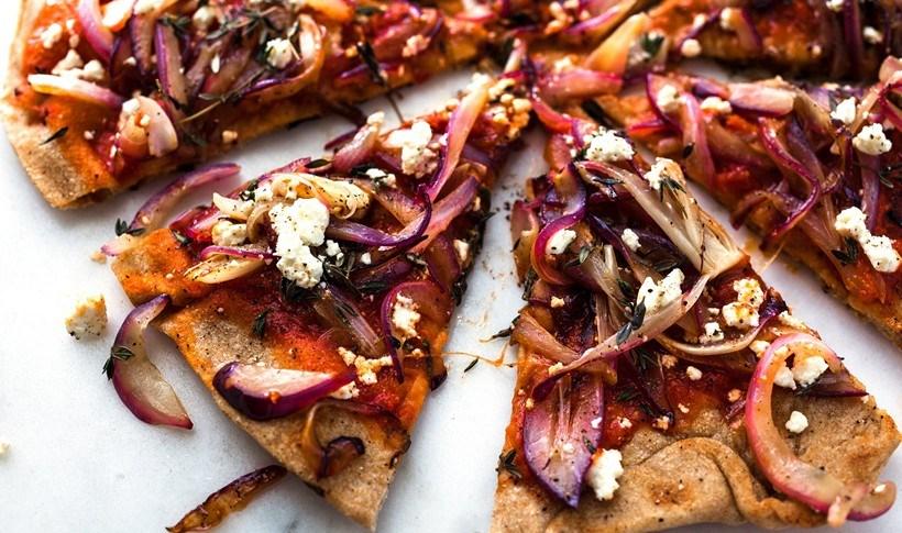 Τραγανή πίτσα με κόκκινα κρεμμύδια και φέτα στο γκριλ