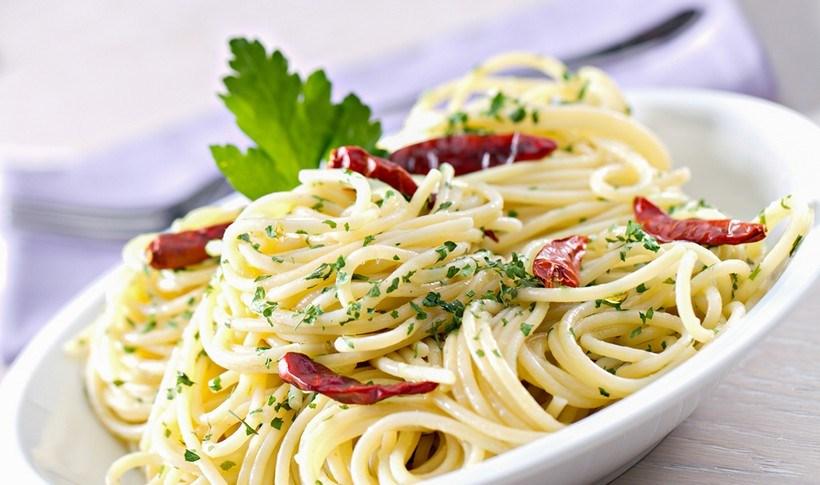 Σπαγγέτι με σκόρδο, λάδι και καυτερή πιπερίτσα (aglio, olio e peperoncino)