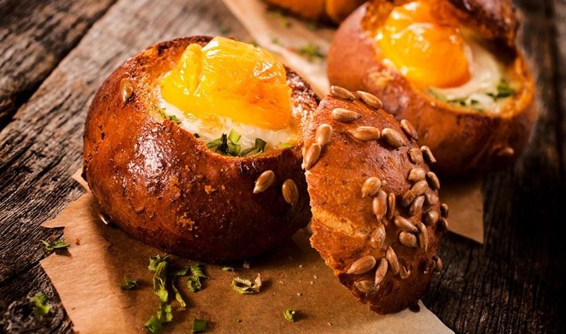 Ψητά αυγά με μυρωδικά μέσα σε ψωμάκια