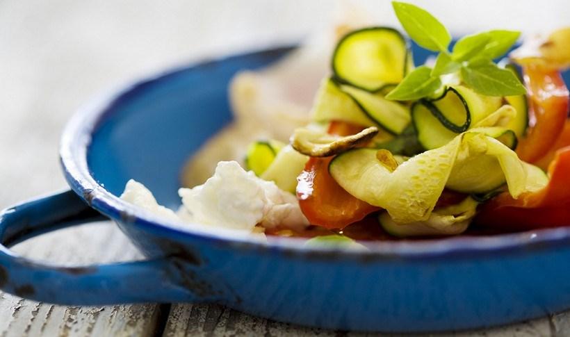 Μαριναρισμένα ωμά κολοκυθάκια σε σαλάτα