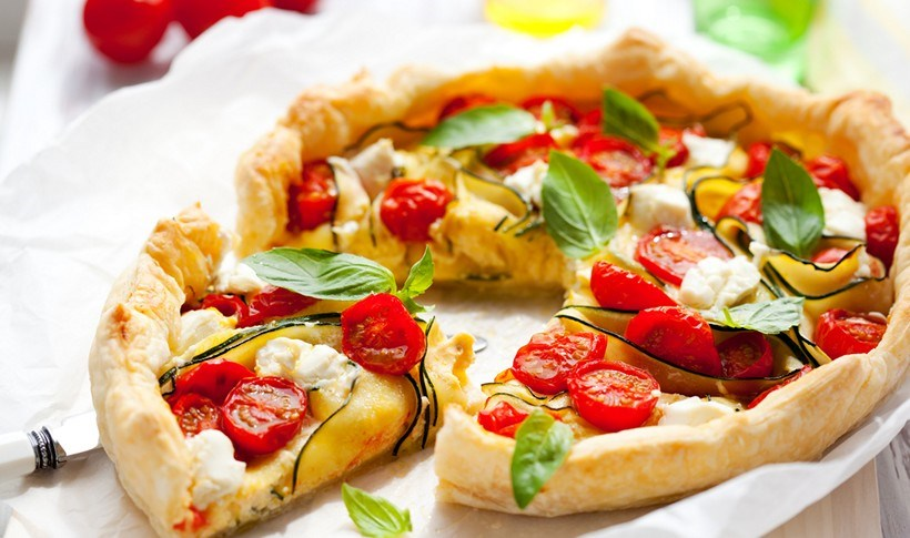 Ανοιχτή πίτα με ντοματίνια, κολοκύθι και φέτα