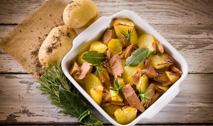 Φέτες τόνου με πατάτες και αρωματικά στο φούρνο