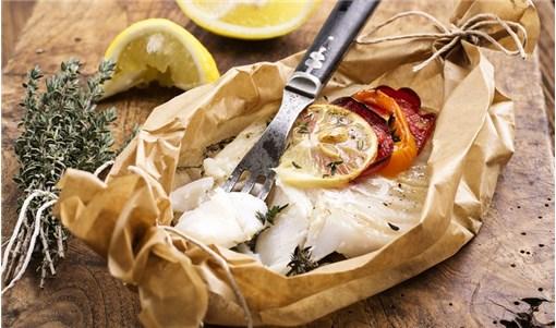 Φιλέτα τσιπούρας στη λαδόκολλα με λαχανικά
