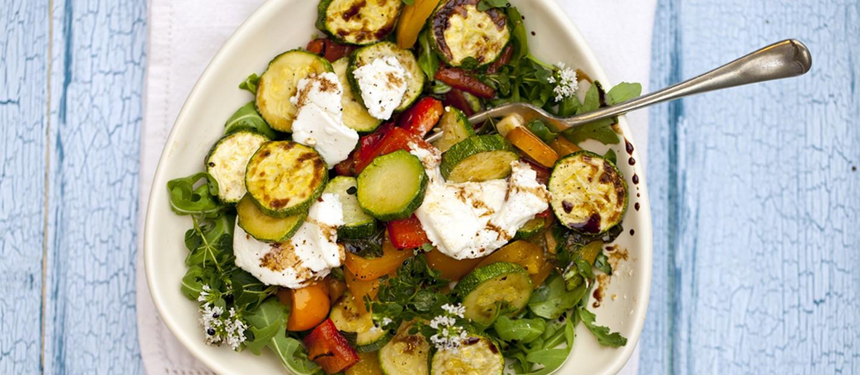 Σαλάτα με κολοκυθάκια, μυζήθρα και πιπεριές