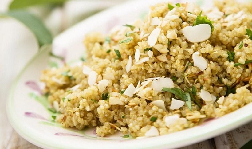 Σαλάτα με κινόα, ψημένα αμύγδαλα και φρέσκα μυρωδικά