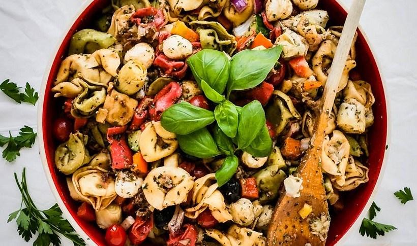 Δροσερή σαλάτα με τορτελίνια, λαχανικά και προσούτο