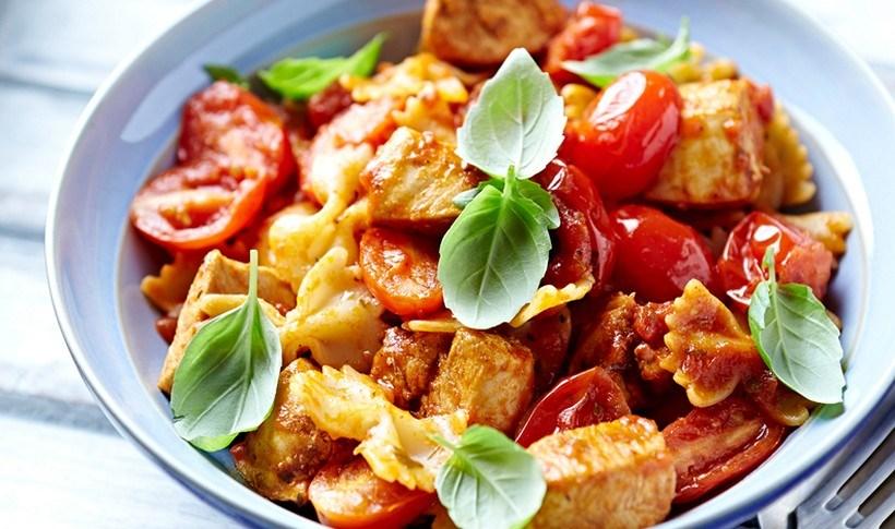 Φαρφάλες με κοτόπουλο, ψητά ντοματίνια και μυρωδικά