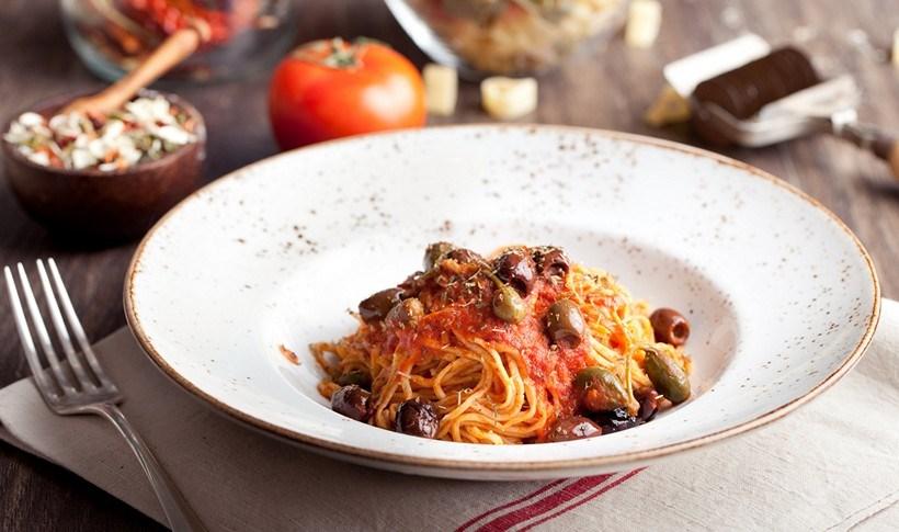 Σπαγγέτι με σάλτσα φρέσκιας ντομάτας, κάππαρη και ελιές