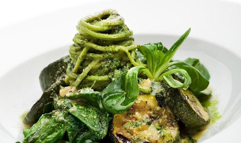 Σπαγγέτι με σάλτσα πέστο, σπανάκι και κολοκυθάκια