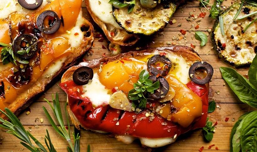 Μπρουσκέτες με ψητά λαχανικά και μοτσαρέλα