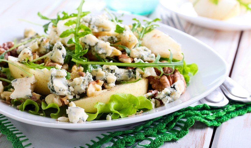 Πράσινη σαλάτα με αχλάδι, ροκφόρ και καρύδια