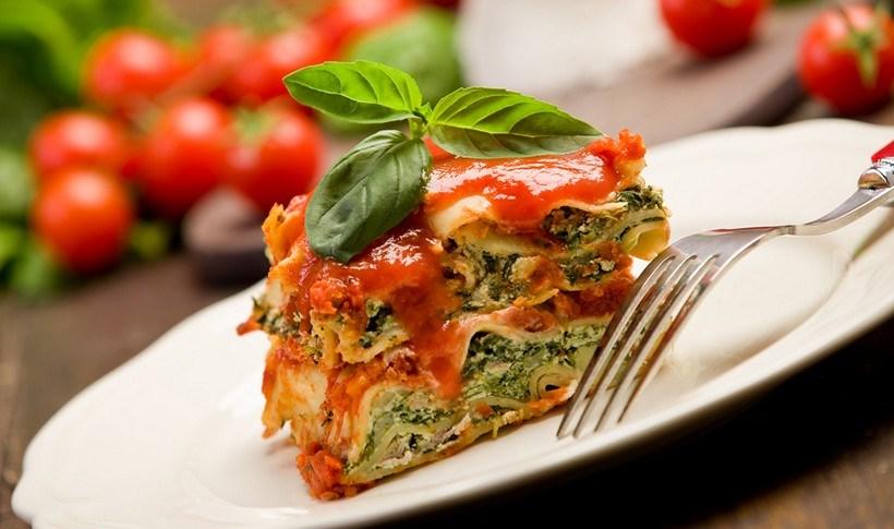 Λαζάνια με σπανάκι, φρέσκο τυρί και σάλτσα ντομάτας