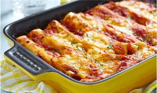 Κανελόνια με κιμά και σάλτσα ντομάτας