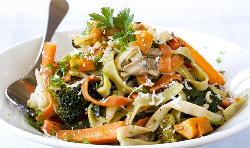Φετουτσίνι με λαχανικά και παρμεζάνα
