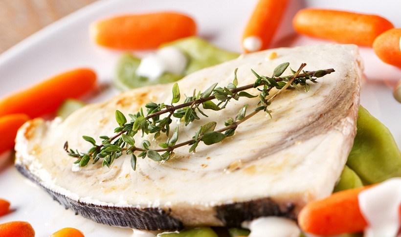Ξιφίας ψητός με λαχανικά και σάλτσα γιαουρτιού