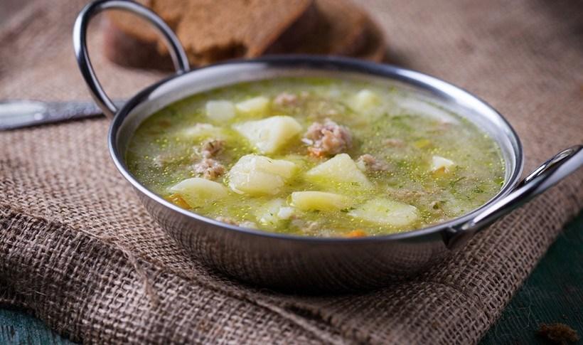 Σούπα με κοτόπουλο, πατάτα και λεμονόχορτο