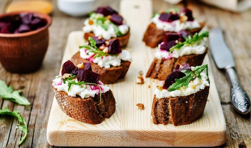 Κροστίνι με ψητό παντζάρι, κατσικίσιο τυρί και μέλι