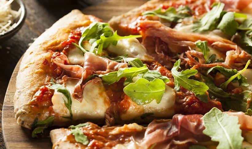 Σπιτική πίτσα με προσούτο και ρόκα