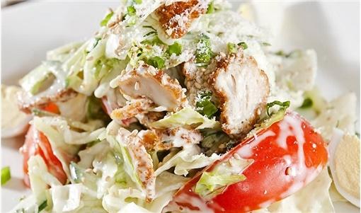 Σαλάτα με κοτόπουλο και λεμονάτη σος γιαουρτιού