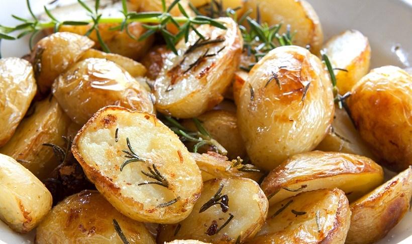 Ψητές πατάτες με μυρωδικά και παρμεζάνα