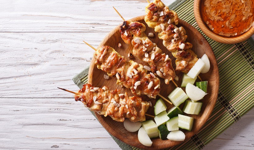 Σουβλάκια κοτόπουλου με σάλτσα από φιστίκι (satay)