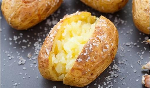 Πατάτες ψητές με τη φλούδα σε αλουμινόχαρτο