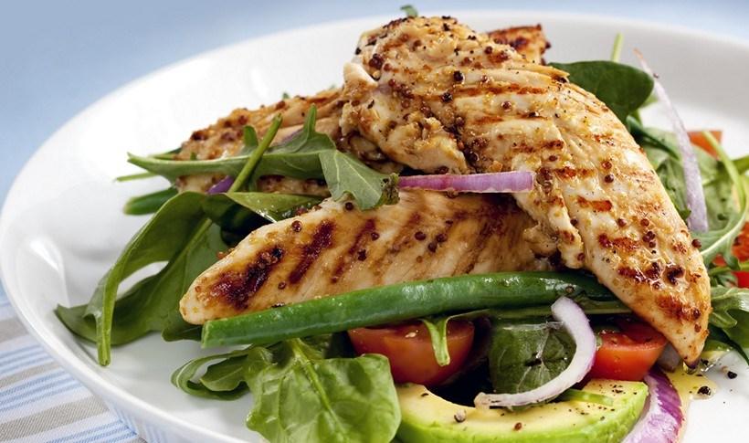Μαριναρισμένο ψητό κοτόπουλο με σαλάτα αβοκάντο