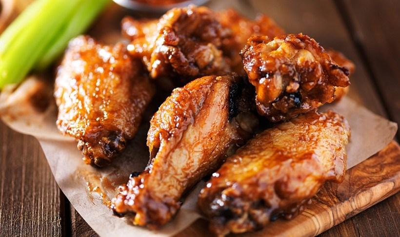 Φτερούγες κοτόπουλου με σάλτσα BBQ